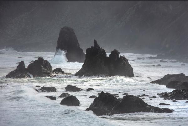 olas-rompiendo-rocas-anaga